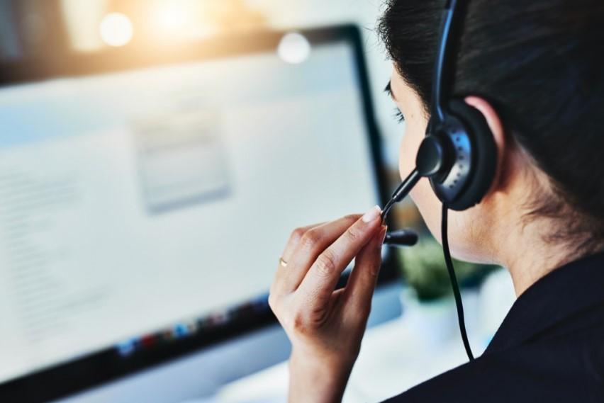 Operadora de telemarketing falando ao telefone